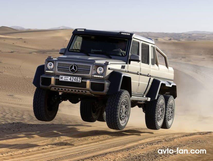 Пикап едет по пустыне - все колеса в воздухе