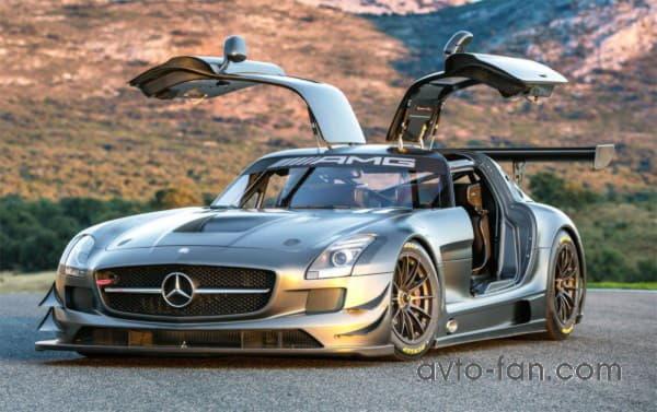 Автомобиль Mercedes-Benz SLS AMG GT3 с открытыми дверями - крылями