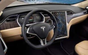 В салоне Tesla Model S