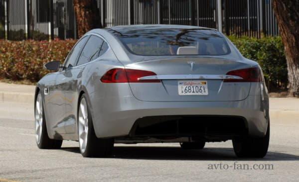 Tesla Model S вид сзади в городе