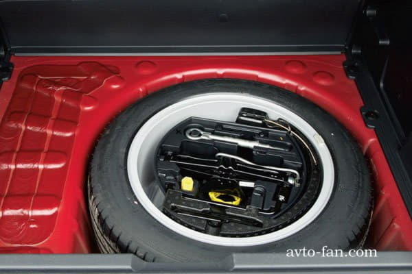 Запасное колесо на богажным отсеке автомобиля