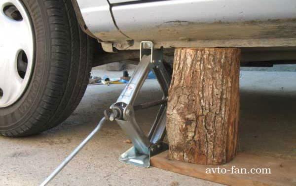 Для надёжности ставим деревянный брусок