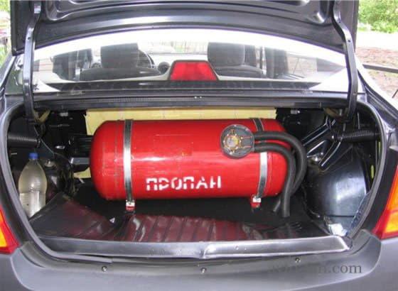 Автомобиль с газовым баллоном в багажнике