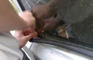 Открыть дверцу с помощью металлической линейки