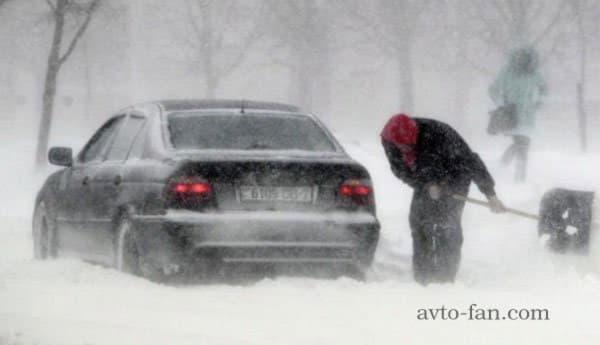 Автомобиль застрявший в снежном заносе