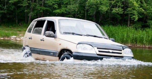 Езда автомобиля в воде