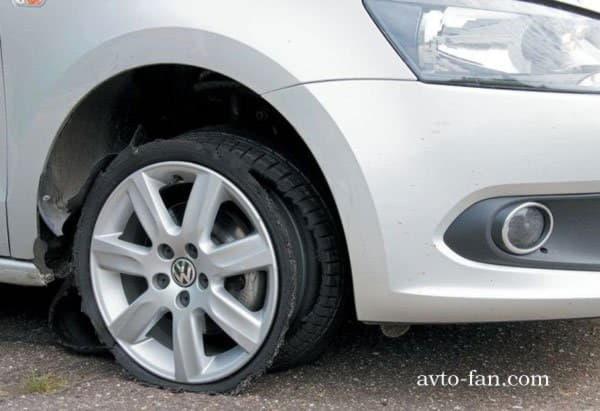Пробитое во время движения колесо автомобиля