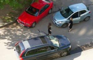 Кто во дворе главнее: въезжающая или выезжающая машина?