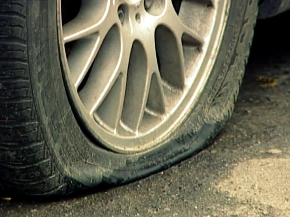 Что делать, если пробиты два колеса, а запаска только одна