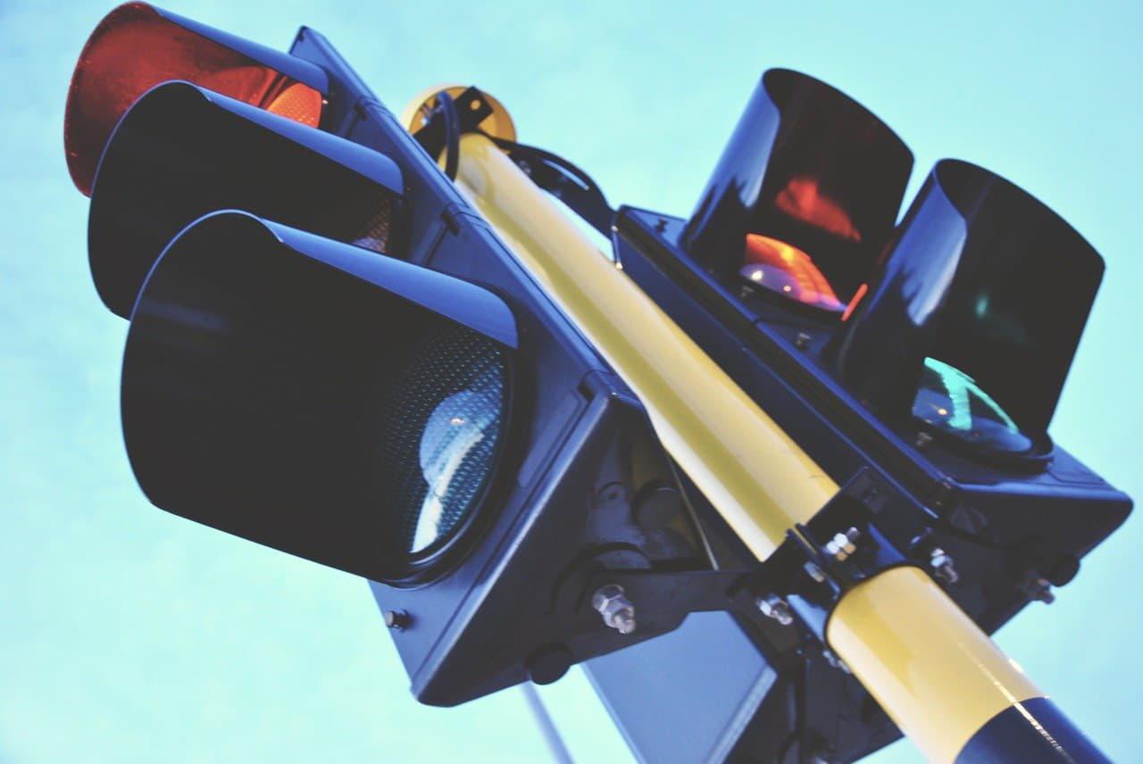 На перекрёстках российских городов появятся светофоры, запрещающие движение лихачам